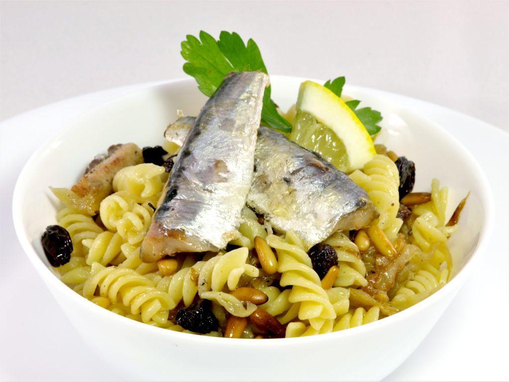 Fusilli se sardinkami apiniovými oříšky