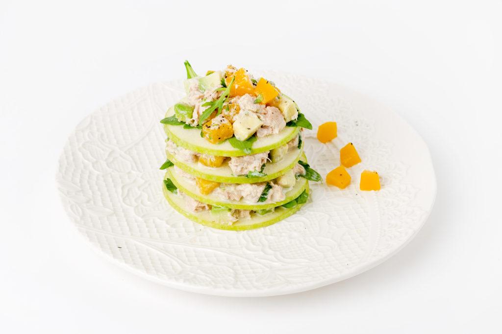 Jablečná pochoutka stuňákovým salátem, avokádem arukolou