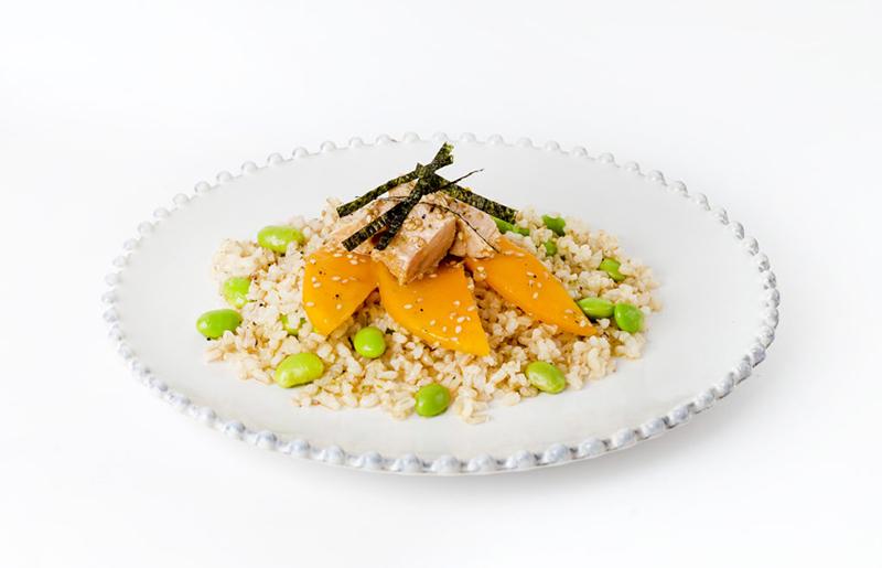 Hnědá rýže sedamame, mangem atuňákem